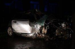 Bestuurder knalt met auto tegen boom in Westwoud, motor uit auto gevlogen