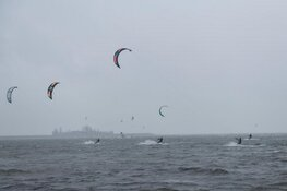 Kitesurfer hard ten val in Schellinkhout